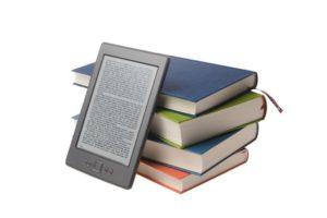 Bücherstapel mit E-Book Reader Kindle