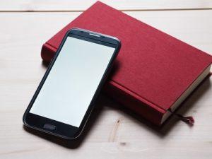 Bild Smartphone mit Buch