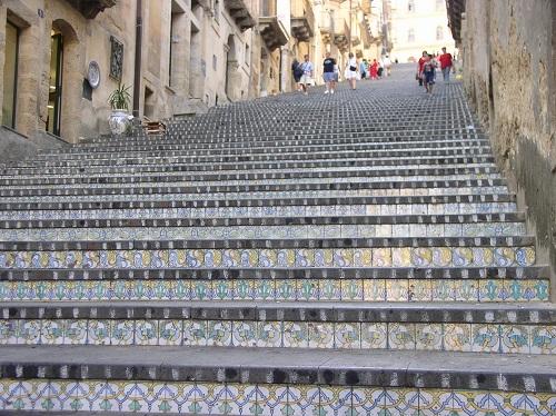Bild der Freitreppe Santa Maria del Monte mit Keramikstufen in Caltagirone, Sizilien