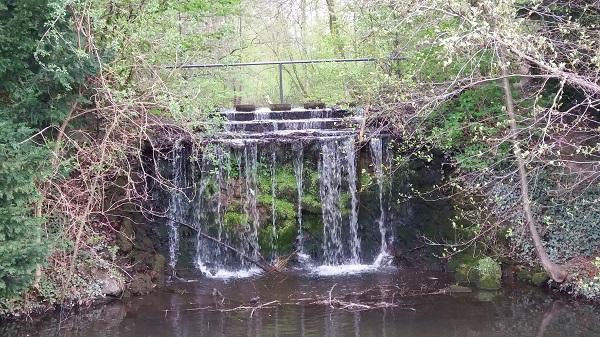 Bild Schloss Morsbroichs Wasserfall, der den Burggraben speist