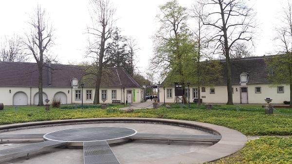 Bild Schloss Morsbroich, Wasserspiel mit Blick auf Vorburg und Toreingang